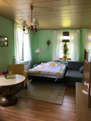 Wohnzimmer mit ausgeklappter Couch